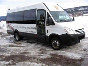 grå ford minibuss fra ene siden
