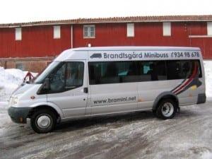 grå ford minibuss fra siden