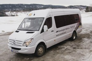 hvit minibuss